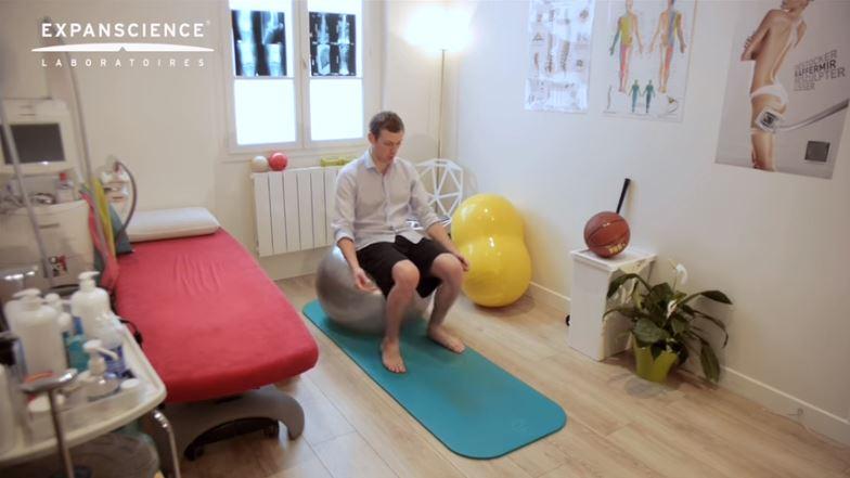 Exemple d'exercice pour l'arthrose du genou avec un ballon