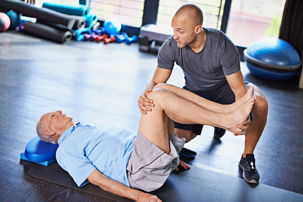 Personne souffrant d'arthroe qui réalise des exercices avec un coach sportif