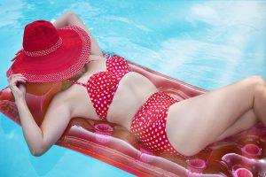 Femme en bikini rouge à pois