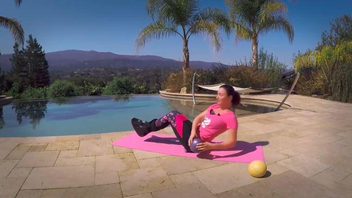Séance d'exercices pour les abdos avec une jambe dans le plâtre