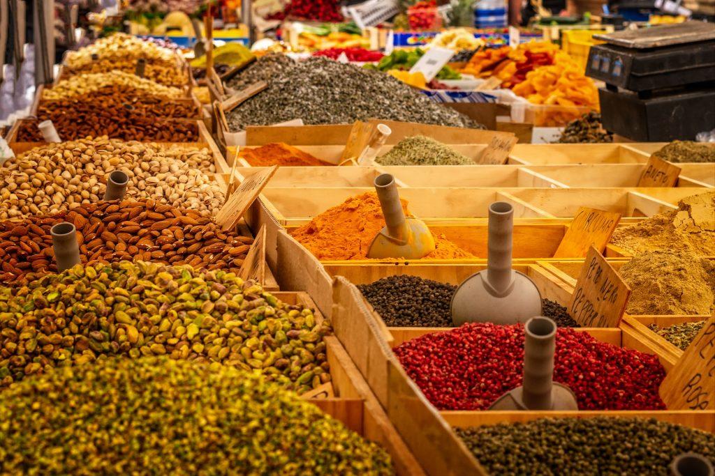 Un marché avec des épices en vrac