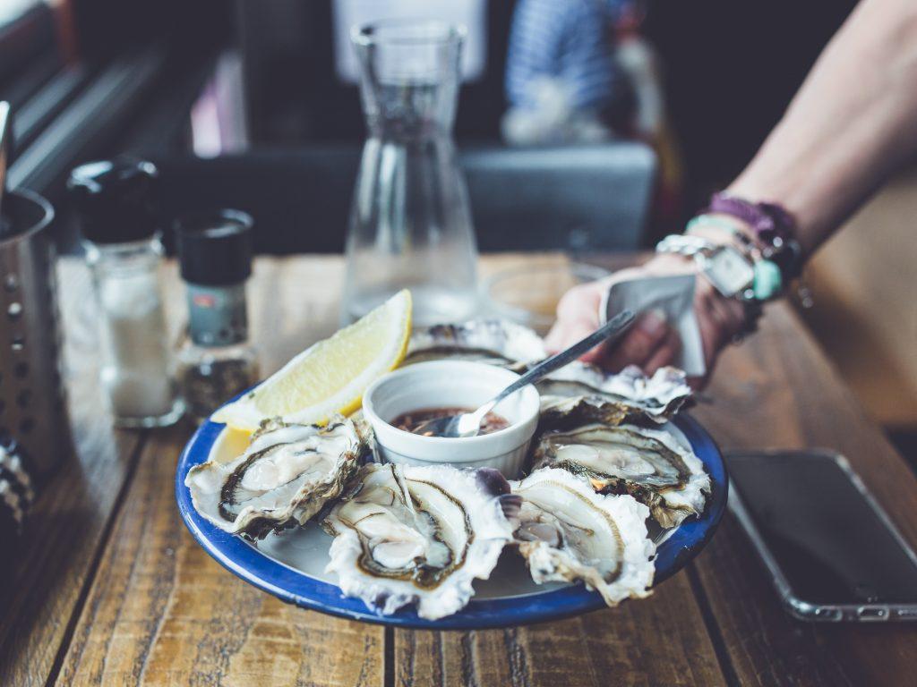Un plateau d'huîtres dans un restaurant